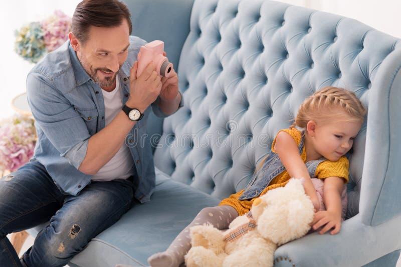 Rozochocony kochający ojciec bierze fotografię jego córka obrazy stock