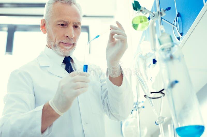 Rozochocony lab pracownik pracuje na chemicznym badaczu zdjęcia stock