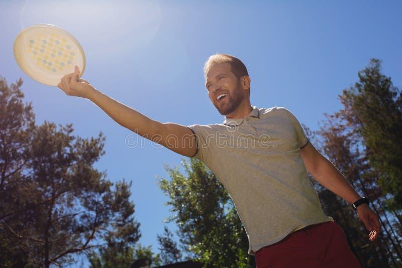 Rozochocony mężczyzna bawić się w na wolnym powietrzu obraz royalty free