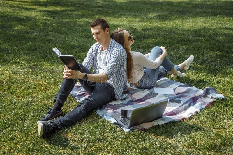 Rozochocony mężczyzna i kobieta odpoczywa w naturze po uczyć się zdjęcia royalty free