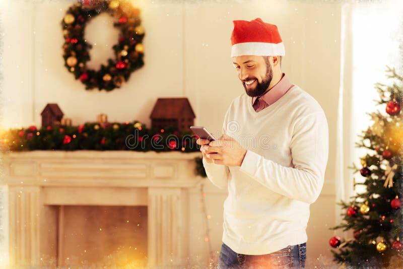 Rozochocony mężczyzna stoi blisko dekorującej graby w jego mieszkaniu czekać na gości fotografia stock
