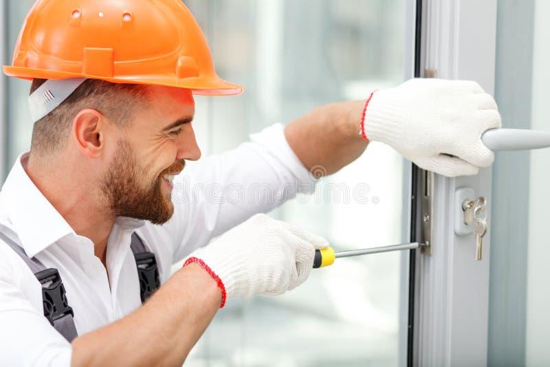 Rozochocony męski repairman pracuje z radością zdjęcia stock