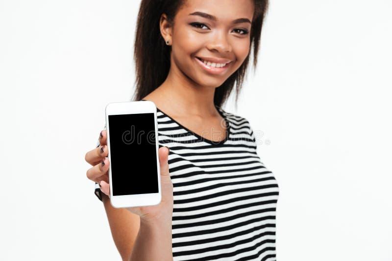 Rozochocony młody afrykański kobieta seansu pokaz telefon fotografia royalty free
