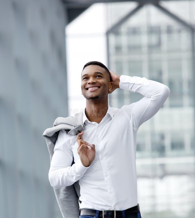 Rozochocony młody człowiek ono uśmiecha się z białą koszula zdjęcie royalty free