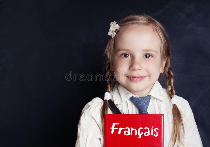 Rozochocony mała dziewczynka uczenie francuz UCZYĆ SIĘ FRANCUSKIEGO języka zdjęcie stock