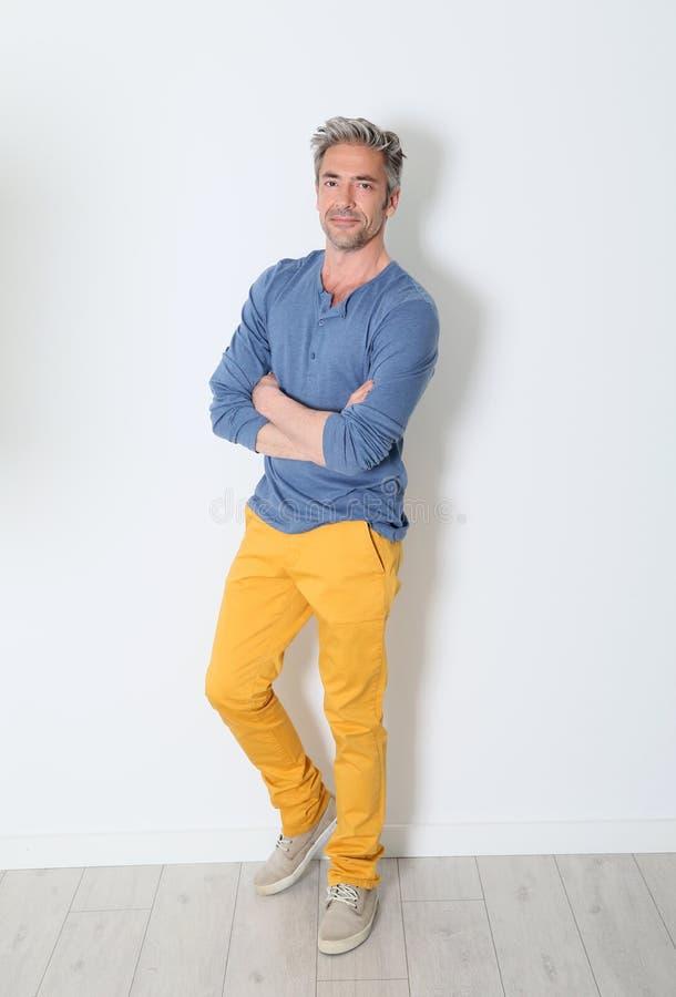 Rozochocony modny dorośleć mężczyzna pozycję fotografia royalty free