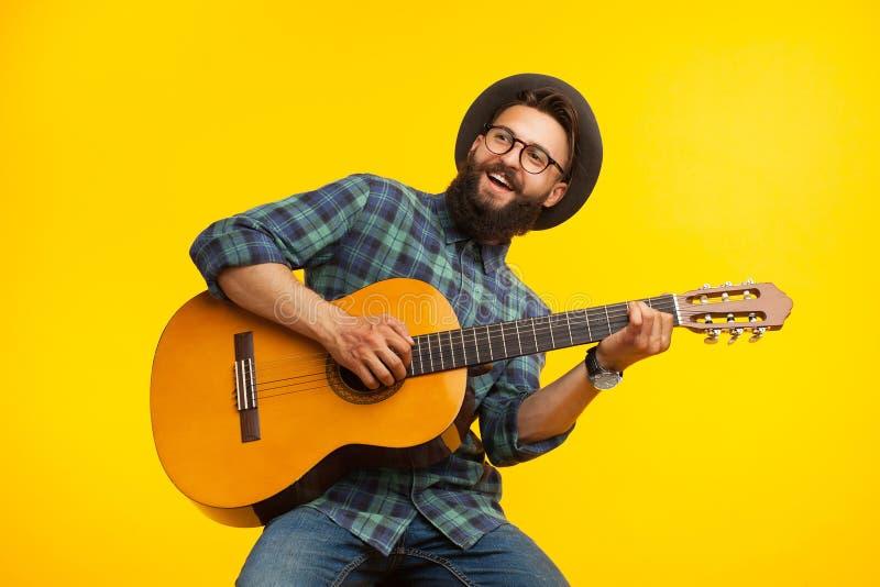 Rozochocony muzyk z gitarą zdjęcie stock