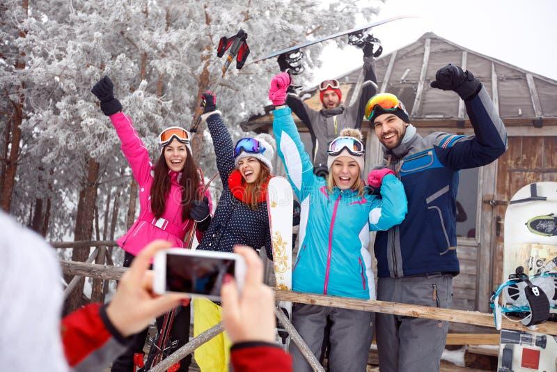 Rozochocony narciarki na zima wakacje, grupowa fotografia fotografia stock