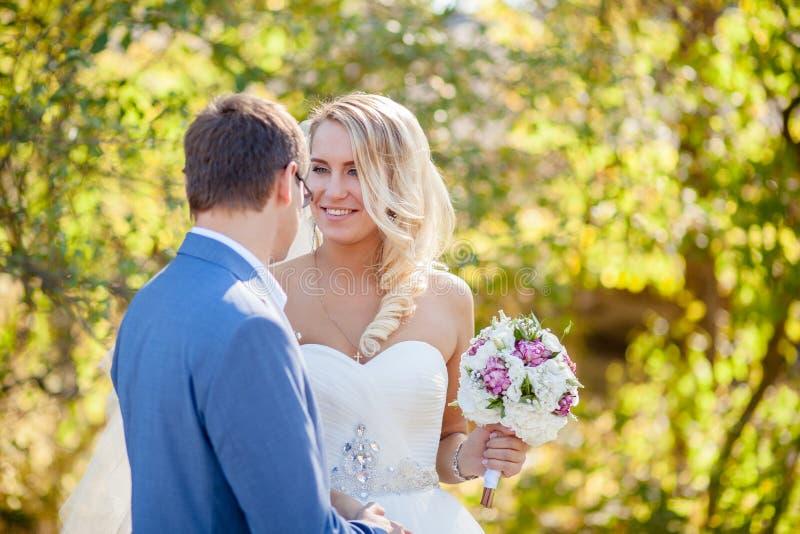 Rozochocony panna młoda ślub zdjęcia royalty free