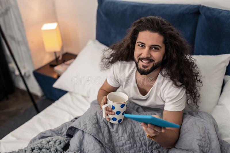 Rozochocony pozytywny ładny mężczyzna ono uśmiecha się ty fotografia stock