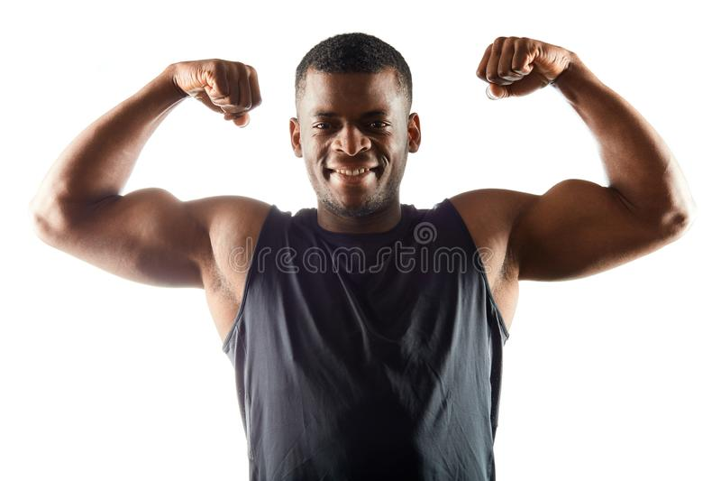 Rozochocony pozytywny afro sportowiec pokazuje jego doskonalić ciało obraz royalty free