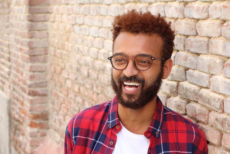 Rozochocony rasowy męski ono uśmiecha się z kopii przestrzenią obraz stock