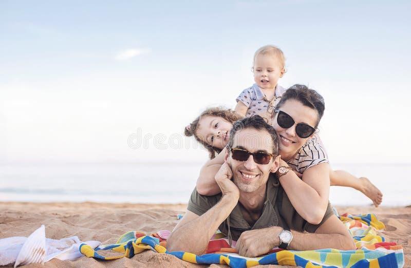 Rozochocony rodzinny pozować na pięknej plaży obraz stock