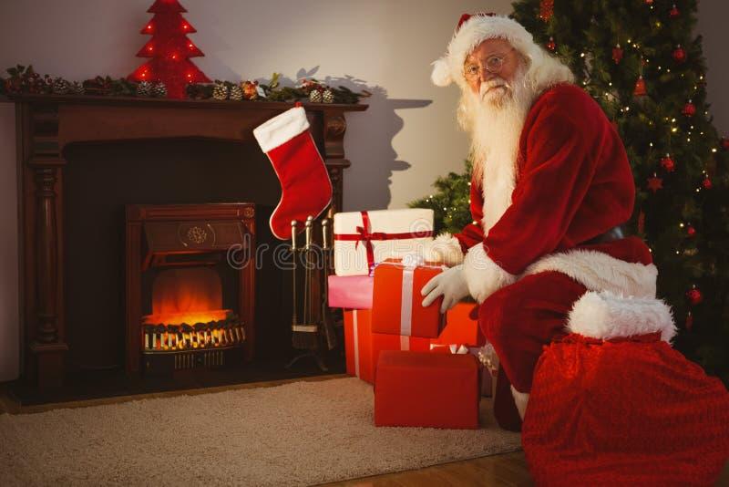 Rozochocony Santa dostarcza prezenty przy wigilią zdjęcia stock