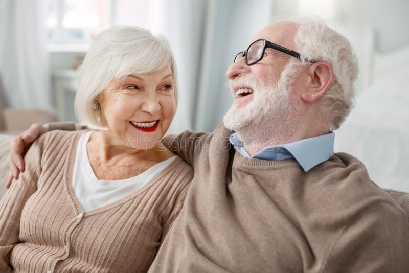 Rozochocony starsza osoba mężczyzna ściska jego żony zdjęcia stock