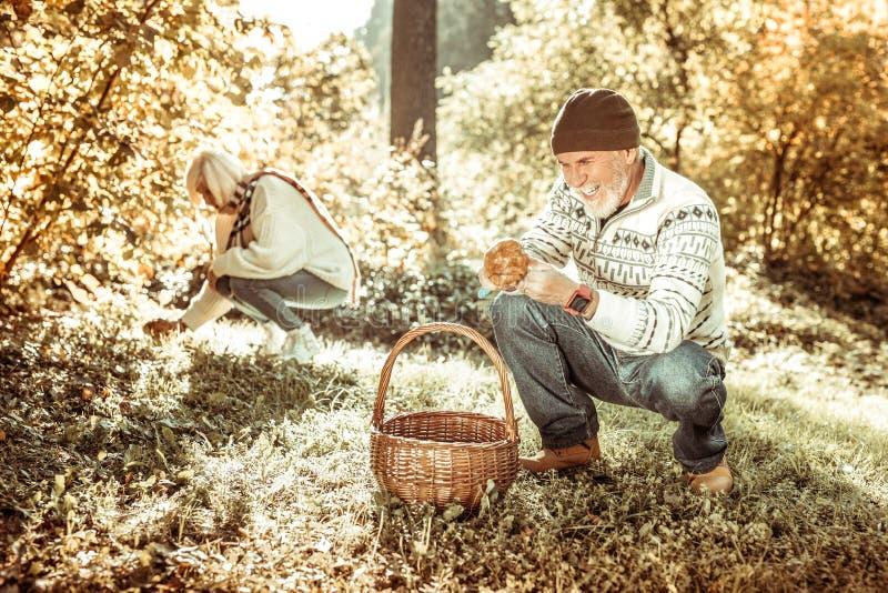 Rozochocony starszego mężczyzny zgromadzenie ono rozrasta się z jego żoną zdjęcie stock