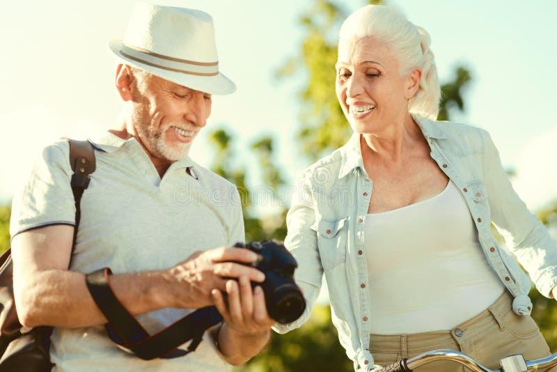 Rozochocony starszy mężczyzna patrzeje fotografie obrazy royalty free