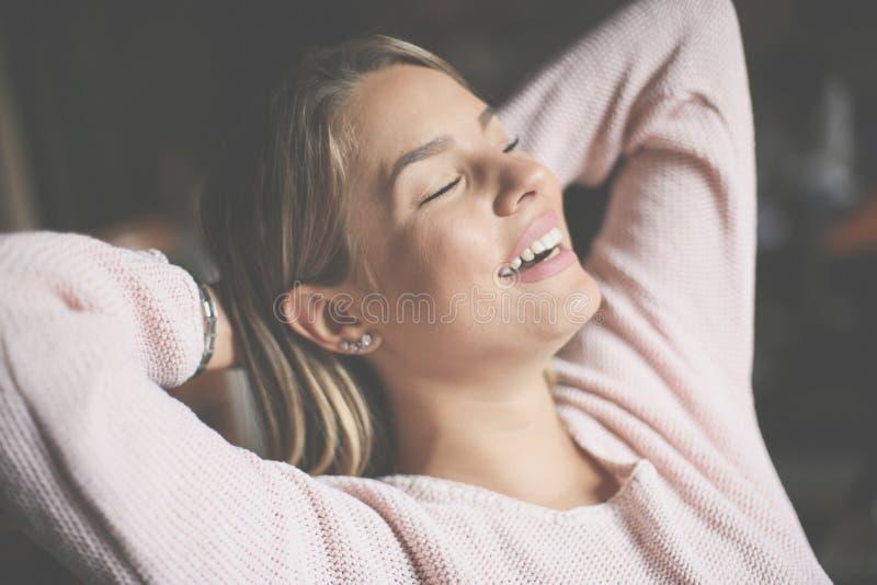 Rozochocony szczęśliwy dziewczyny obsiadanie z zamkniętymi oczami obrazy stock
