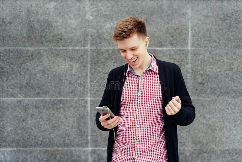 Rozochocony szczęśliwy młody człowiek w szkockiej kraty kurtce i koszula zdjęcia stock