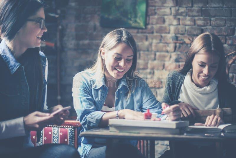 Rozochocony trzy dziewczyna ucznia obraz stock