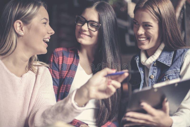 Rozochocony trzy trzy dziewczyna ucznia ma edukację fotografia royalty free