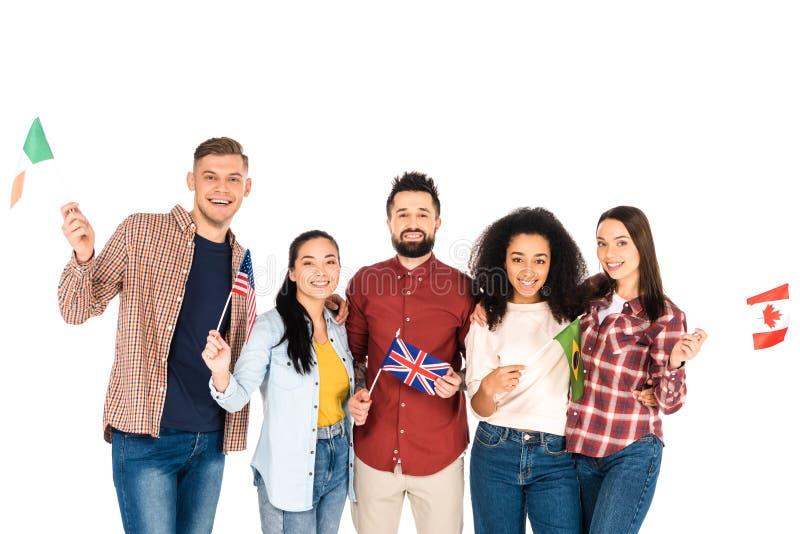 rozochocony wielokulturowy grupa ludzi ono uśmiecha się z flagami różni kraje odizolowywający obrazy royalty free