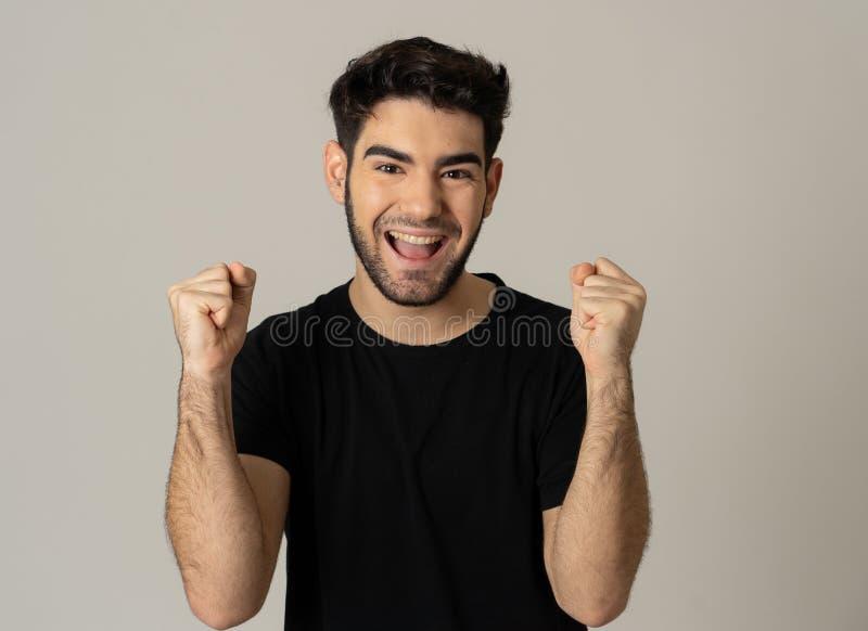 Rozochocony zdziwiony, szczęśliwy mężczyzna odświętności zwycięstwo i obrazy royalty free