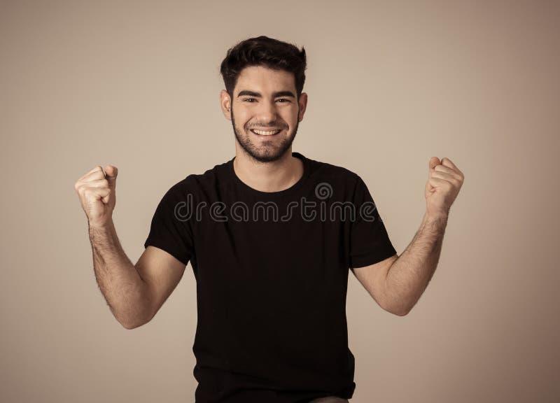 Rozochocony zdziwiony, szczęśliwy mężczyzna odświętności zwycięstwo i zdjęcia stock