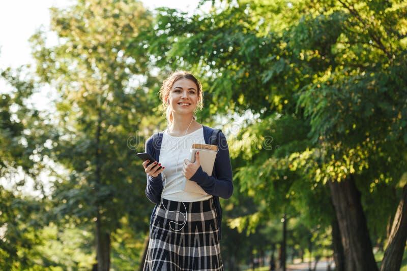 Rozochoconych potomstw szkolna dziewczyna chodzi outdoors zdjęcia royalty free