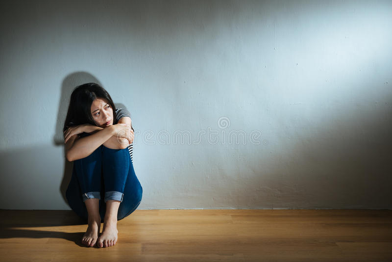 Rozpacz dziewczyna patrzeje lekki czuciowy przestraszonego obrazy royalty free