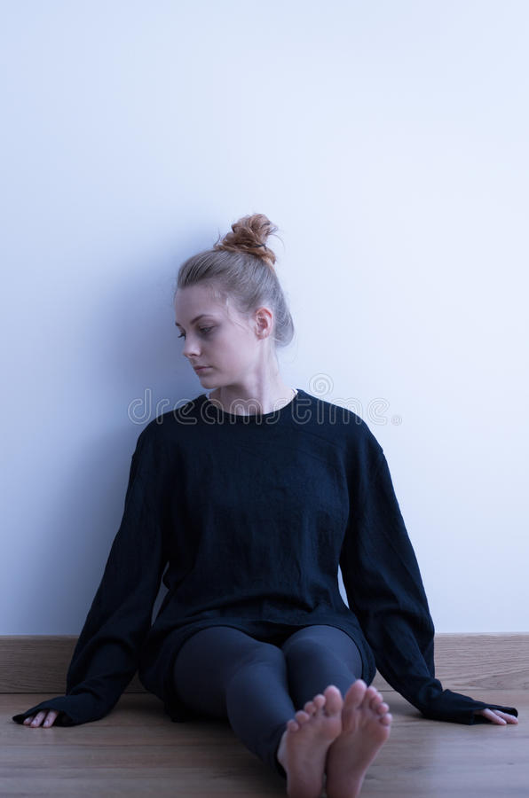 Rozpacz dziewczyna w czerni ubraniach obrazy stock