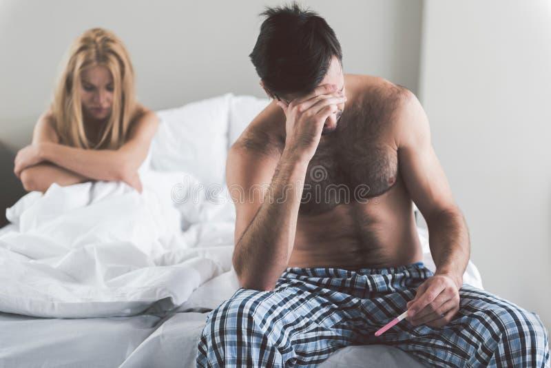 Rozpaczająca para sprawdza rezultaty ciężarny test zdjęcie royalty free