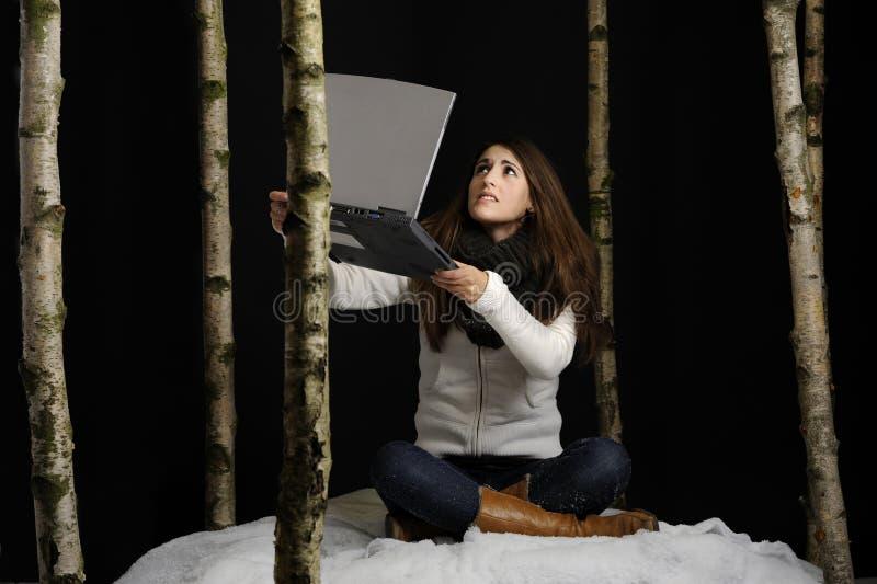 rozpaczający laptopu śniegu kobiety potomstwa fotografia royalty free