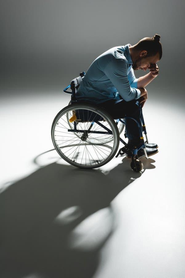 Rozpaczający mężczyzna w wózku inwalidzkim obrazy stock