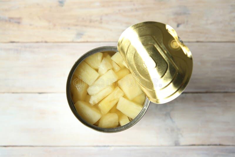 Rozpieczętowana blaszana puszka konserwować ananasowi kawałki zdjęcie royalty free