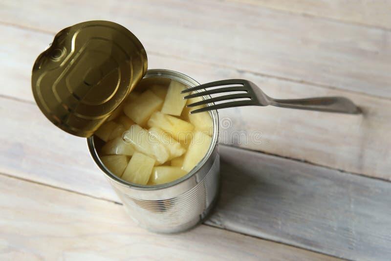 Rozpieczętowana blaszana puszka konserwować ananasowi kawałki zdjęcia stock