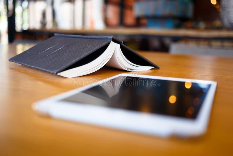 Rozpieczętowana książka z Pierwszoplanową pastylką zdjęcie stock