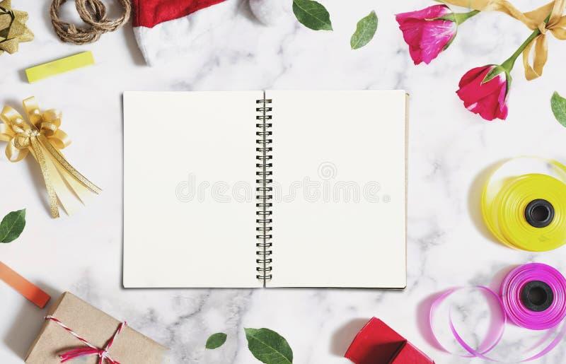 Rozpieczętowana książka z pustym białym papierem na bielu marmuru biurku z bożych narodzeń i walentynek dekoracjami obrazy royalty free