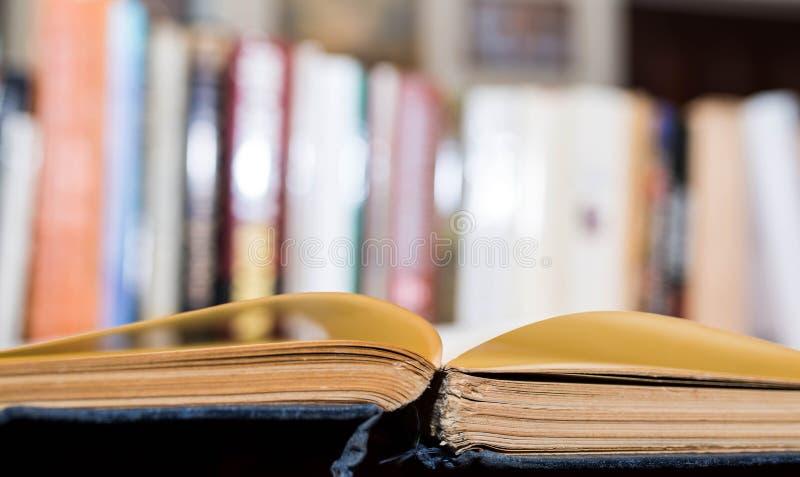 Rozpieczętowana stara książka przy biblioteką, książki w rzędzie zdjęcie stock