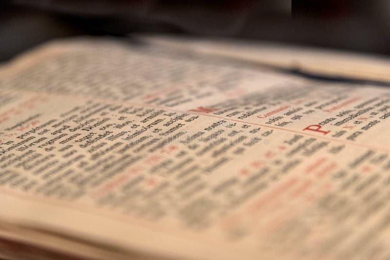 Rozpieczętowana stara książka z łacińskim tekstem zdjęcia royalty free