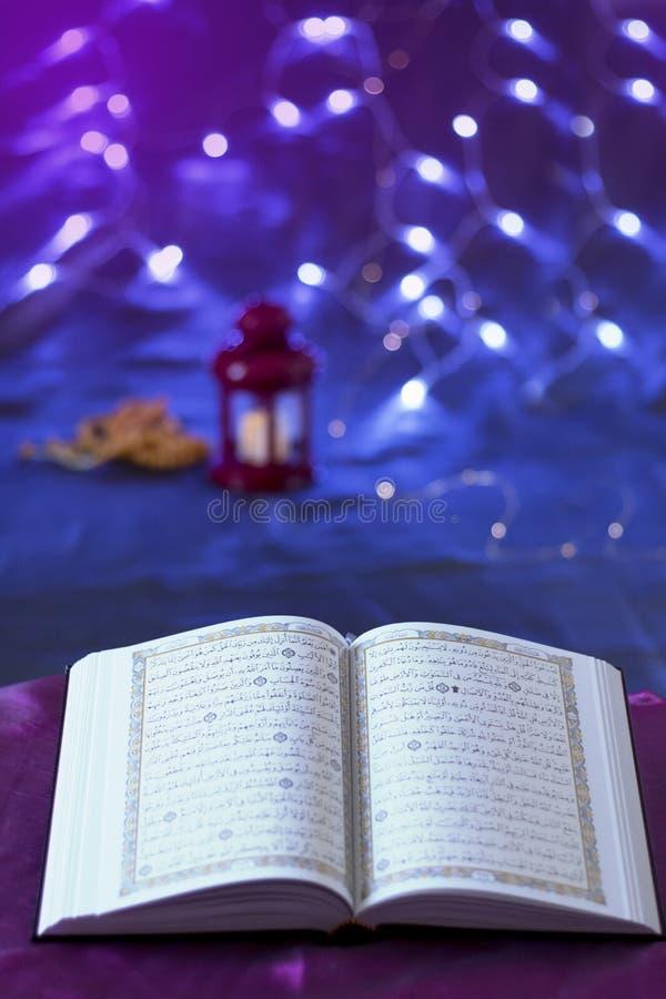 Rozpieczętowany ŚWIĘTY koran na silky tkaniny bokeh tle zdjęcie royalty free