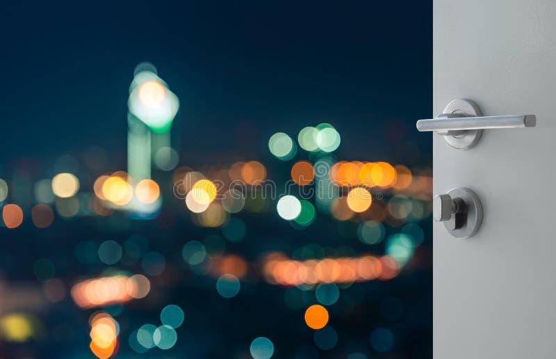 Rozpieczętowany biały drzwi abstrakcjonistyczny bokeh tła widok z lotu ptaka Bangkok pejzaż miejski zdjęcia royalty free