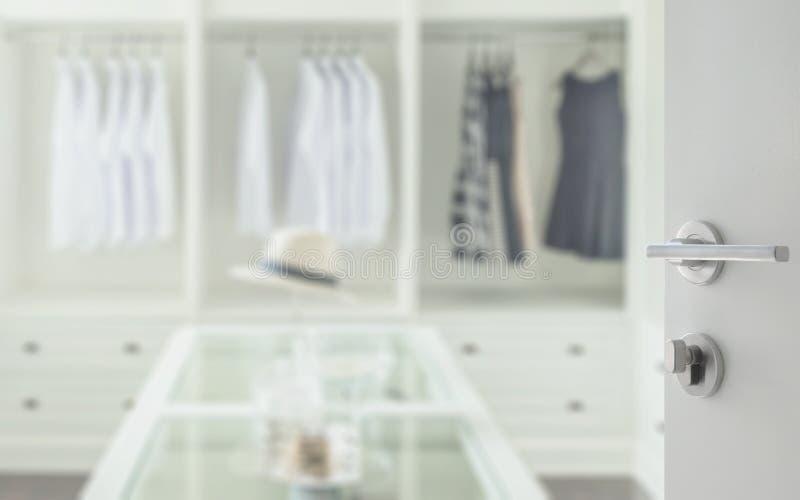 Rozpieczętowany biały drzwi chodzić w szafa pokoju z dresser stołem fotografia royalty free