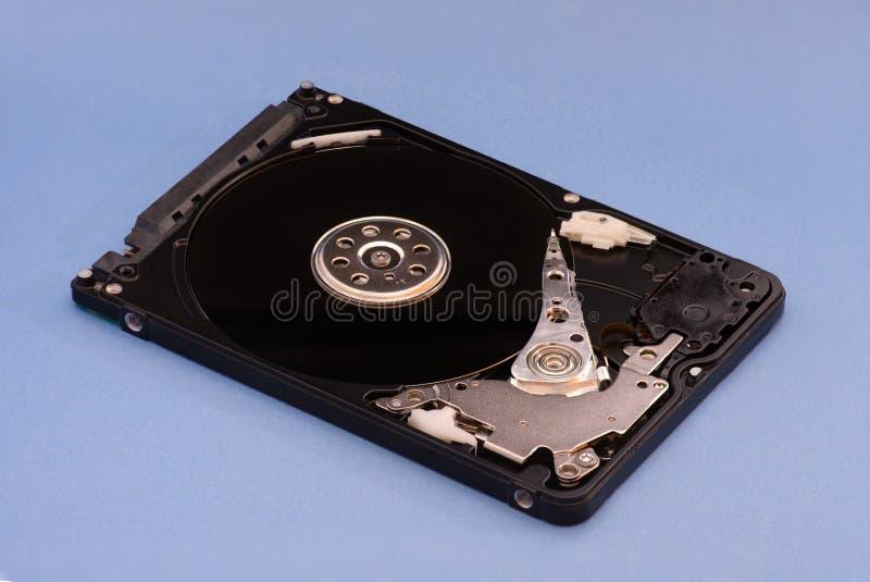 Rozpieczętowany demontujący dysk twardy od komputeru, hdd z lustrzanym skutkiem Na błękitny tle fotografia royalty free