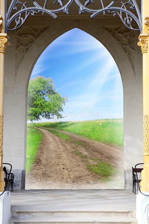 Rozpieczętowany drzwi wczesny poranek w zieleń ogródzie środowiskowa biznesowa metafora - sukcesu pojęcie - konceptualny wizerune zdjęcia royalty free