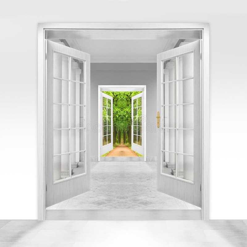 Rozpieczętowany drzwi zieleń ogród. obraz royalty free
