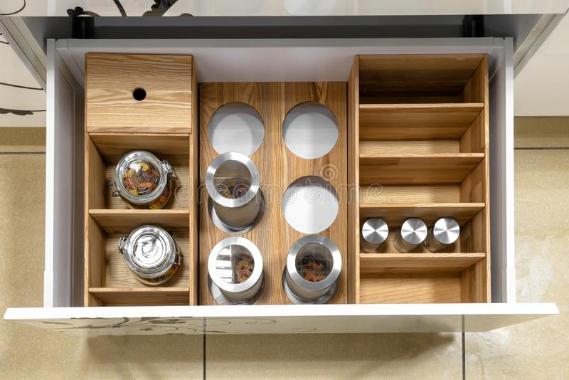 Rozpieczętowany kuchenny kreślarz, mądrze rozwiązanie dla kuchennego magazynu i organizować, obraz royalty free