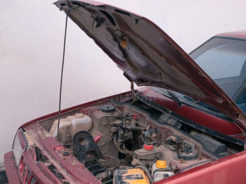 Rozpieczętowany samochodowy kapiszon z widocznymi częściami ale żadny silnikiem obrazy royalty free