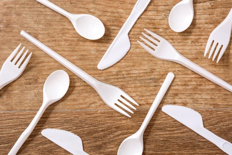 Rozporz?dzalny plastikowy cutlery na drewnianym stole obraz royalty free