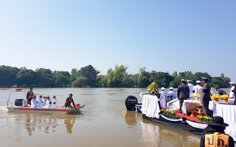 Rozprasza popiół ceremonię nad rzeką obraz royalty free